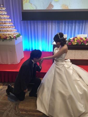 ▲稻垣吾郎親吻新娘手背。(圖/翻攝自草彅剛推特)