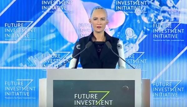 ▲▼Sophia 是外觀亮麗的 AI 機器人 。(圖/翻攝自YouTube/Arab News)