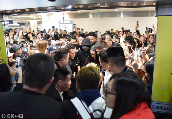 ▲陳偉霆抵達四川成都機場,吸引數百粉絲接機掀起暴動。(圖/CFP)