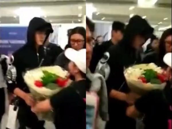 ▲陳偉霆抵達機場,粉絲送上一束色彩鮮豔的「花束」。(圖/翻攝自微博)