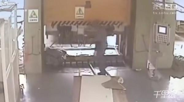 同事恍神啟動液壓機,工人對折慘死。(圖/翻攝自LiveLeak/搜狐視頻)