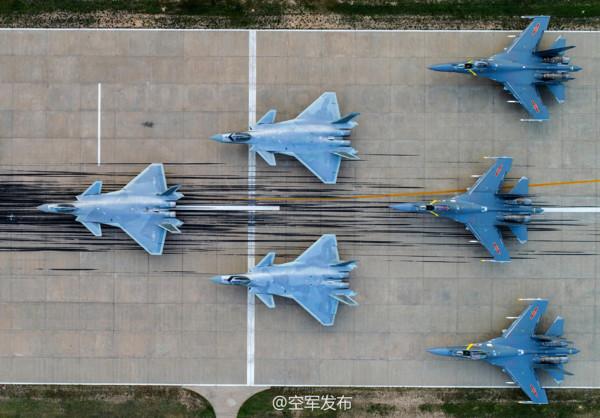 中國空軍迎接成立68周年,官方發布一系列各型戰機高清圖片。3架殲-20與3架殲-16在跑道擺出的箭形陣。(圖/翻攝自空軍發布微博)