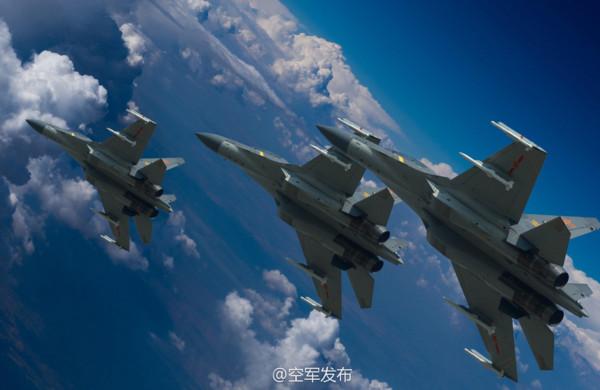 中國空軍迎接成立68周年,官方發布一系列各型戰機高清圖片。殲-16多用途戰鬥機,機翼下掛載新型中距空空導彈和霹靂-10格鬥空空導彈。。(圖/翻攝自空軍發布微博)