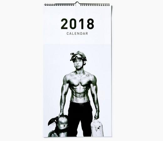 ▲▼韓國歐爸消防員半裸拍2018年曆。(圖/翻攝自10X10網站)