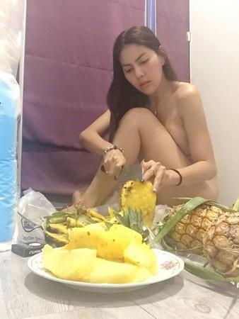 ▲芒果攤女老闆「奶奶顧攤」紅了。(圖/翻攝自Peemai Rapat臉書,下同)