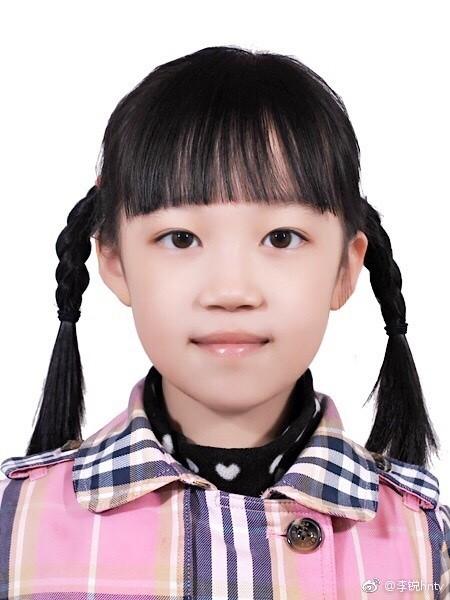 ▲▼《爸爸5》村長9歲女兒曝光 「內雙大眼睛」超萌。(圖/翻攝自李銳微博)