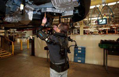 福特員工穿「EksoVest」變身鋼鐵人 車廠意外事故狂降8成!