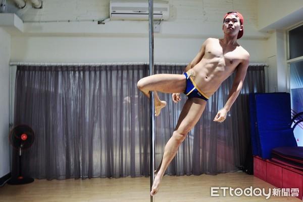 ▲鋼管舞者Ian Shyu(蕭框)接觸鋼管舞蹈後,就像「著魔」般,每天都想著要練習什麼動作,看到別人的舞蹈影片,又想嘗試其他新的動作。(圖/記者楊絡懸攝)
