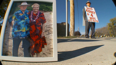 有洋蔥!74歲老爺爺為救愛妻,掛廣告牌踏上「尋腎」之旅