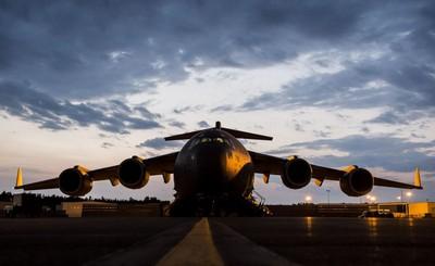 美軍C-17狂飛1.2萬km救援傷兵