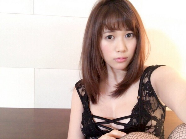▲豐田瀨里奈稱兩人賓館看電影,網友直呼不相信。(圖/翻攝自推特)