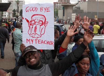 穆加比再見!辛巴威萬人上街慶祝