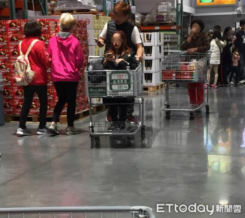 ▲▼新莊區好市多(Costco)一女子坐在購物推車內,男友幫忙推。(圖/李姓網友提供,請勿隨意翻拍,以免侵權。)