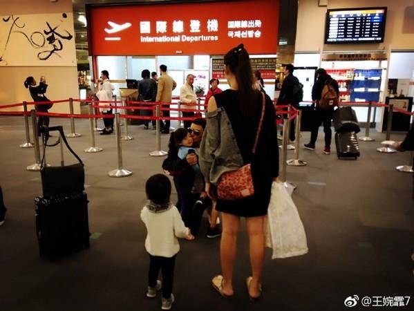 ▲▼劉畊宏出差,全家人現機場送別。(圖/翻攝王婉霏微博)