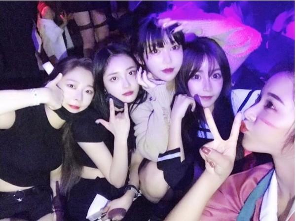 ▲南韓新人女團PRISTIN團員鄭銀雨和周潔瓊上夜店被抓包,粉絲氣炸。(圖/翻攝自韓網)