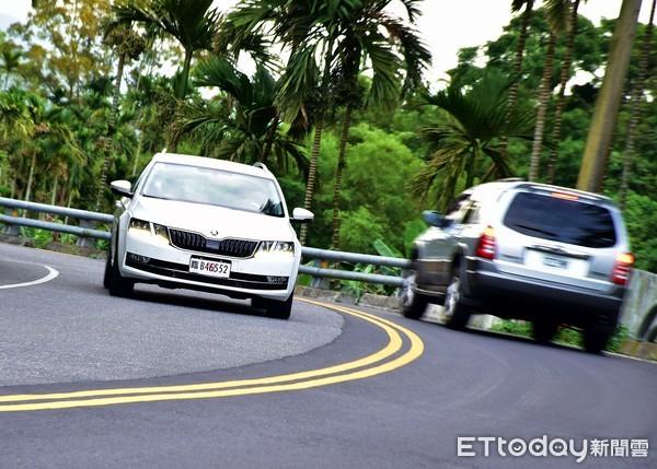 慢慢「換」車道沒比較安全 該快就快、善用方向燈才是上上策(圖/記者游鎧丞攝)