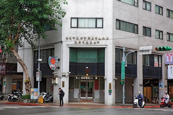 李嘉博被抓姦後,與偷情對象的丈夫在台北市長安東路派出所談判。