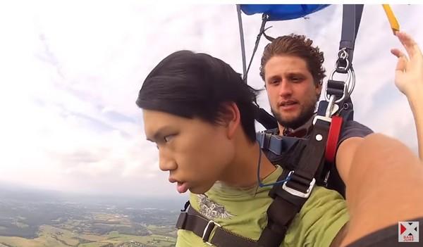 ▲男子在高空跳傘時昏倒,嚇壞了身後的教練。(圖/翻攝自Base Jump XTreme YouTube)