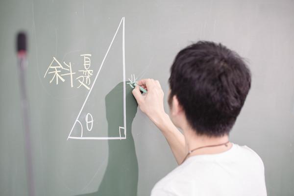 ▲▼親子教育、高中、學生上課、高中數學、高中生、教育、老師、教師、互動問答、舉手發問、教室(圖/記者林世文攝)