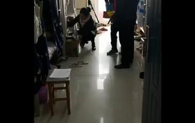 女學生沒穿衣 男老師直接闖宿舍