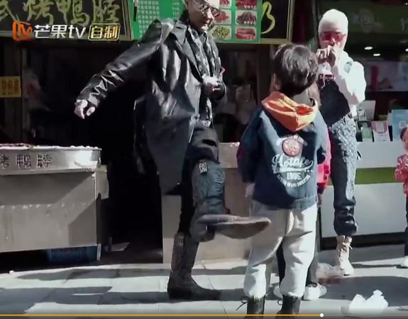 ▲謝賢在節目中踹小孩。(圖/翻攝謝賢微博、秒拍)