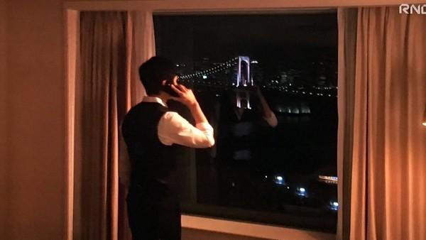 ▲西島秀俊跟老婆說出差福岡,人卻在東京。(圖/翻攝自《嬌妻出沒注意》直播)