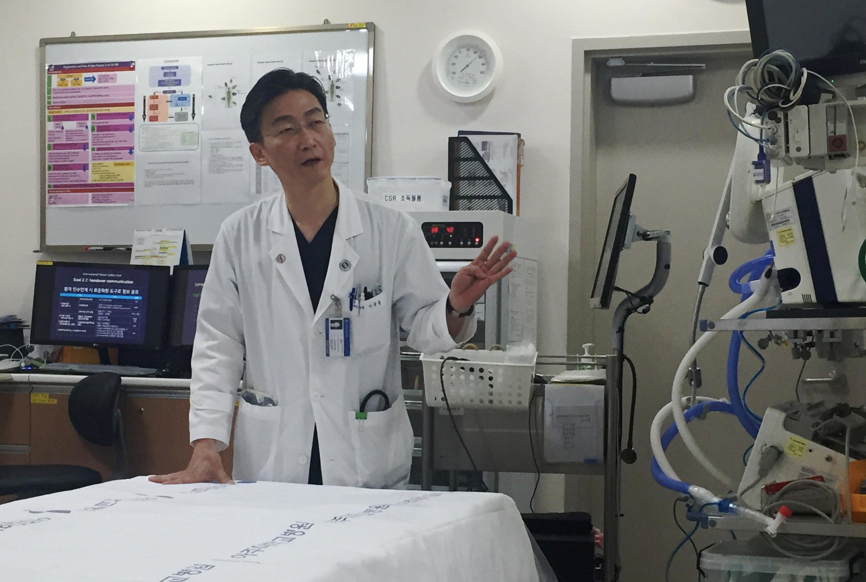 ▲▼負責治療吳姓脫北士兵的南韓李國鐘醫生。(圖/路透社)