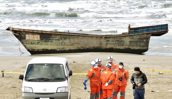 ▲▼日本26日再度出現「幽靈船」載8具男屍上岸。(圖/路透社)