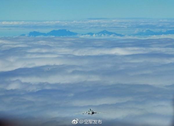 ▲▼解放軍官方微博上傳疑似轟-6K飛近玉山照。(圖/翻攝自空軍發佈微博)