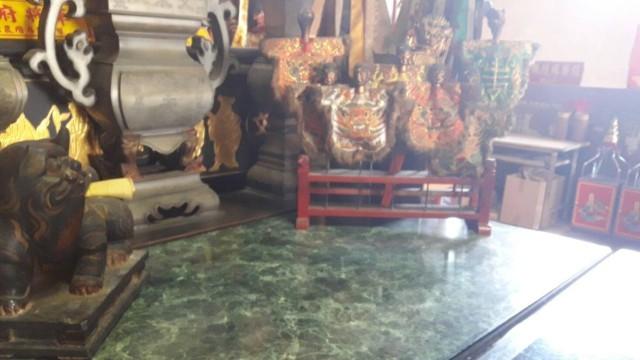 ▲▼台南市安平效忠街「文朱殿」一尊管三太子木製神像遭竊,原擺放位置空空如也。(圖/記者林悅翻攝)