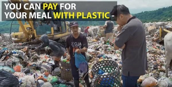 ▲垃圾堆中的餐廳,除了幫助窮人外,更有助於環保。(圖/取自Youtube/CNA Insider)