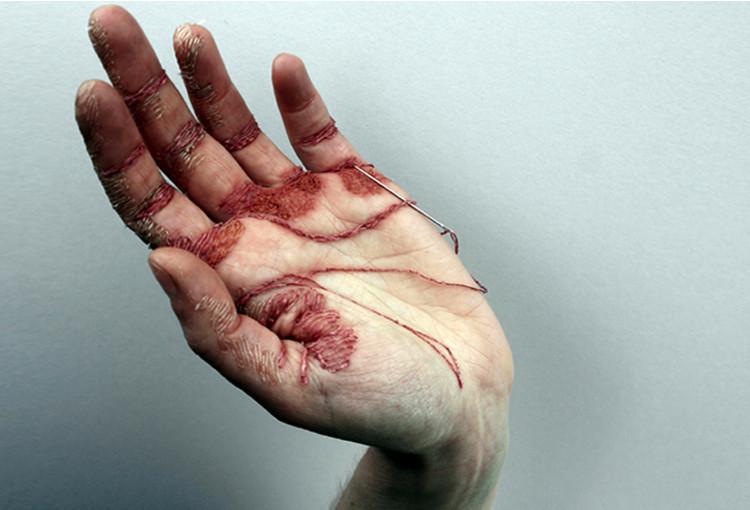 ▲▼針線刺穿手掌!英女藝術家在自己手上刺繡(圖/翻攝自ElizaBennett)