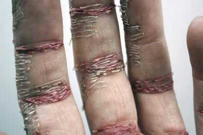 針線在手上繡成厚繭!英藝術家用自己手掌刺繡