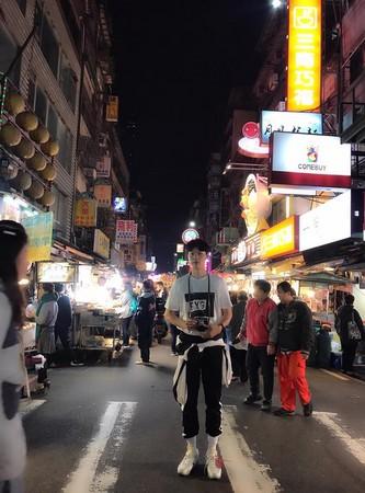 ▲《1988》柳俊烈在台灣!基隆廟口打卡11頭身引人注目。(圖/翻攝自柳俊烈官方臉書)