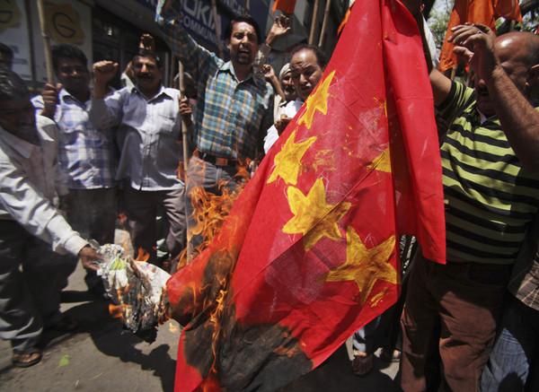 反華示威燒五星旗 中印邊界對峙升高。(圖/達志影像/美聯社)