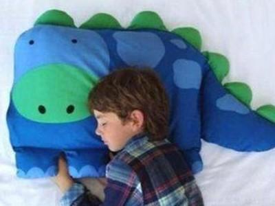 兒童模特躺在包裹裡!網購恐龍枕套 買家:跟照片完全一樣…