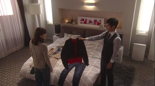 ▲▼西島秀俊幫綾瀨遙挑衣服。(圖/翻攝自NTV直播)