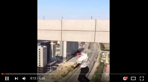 ▲吳詠寧在攀高樓時失手摔死。(圖/翻攝自微博、YouTube)