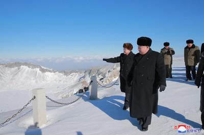 穿西裝皮鞋登2750公尺雪山 日網熱議「金正恩輕功」:果然是神