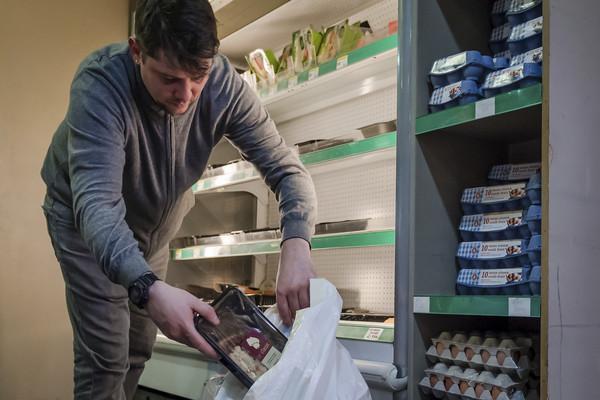 ▲▼食物浪費,超市,丟食物,即期品,廚餘。(圖/達志影像/美聯社)