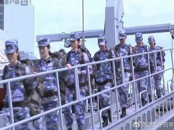 解放�海�在南沙永暑礁首度派遣10名、平均�H有23�q女�人登�u守�l。(�D/翻�z自大��W站)
