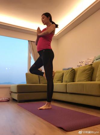 ▲▼熊黛林挺孕肚做瑜珈,性感好身材盡現。(圖/翻攝自熊黛林微博)