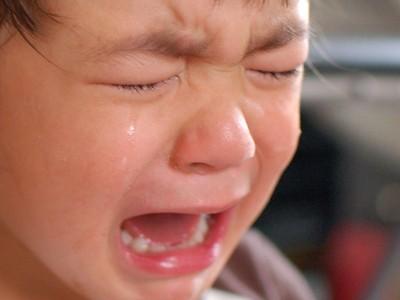 「寶貝袋」被撕裂!男童貪玩搭手扶梯 慘遭夾蛋睪丸外露