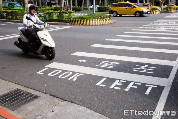 仁愛大安路口,斑馬線標字,箭頭提示行走注意方向,仁愛路,大安路,行人安全,望左(Look Left),望右(Look Right),注意左右來車,提示效用,行人,過馬路(圖/記者季相儒攝)
