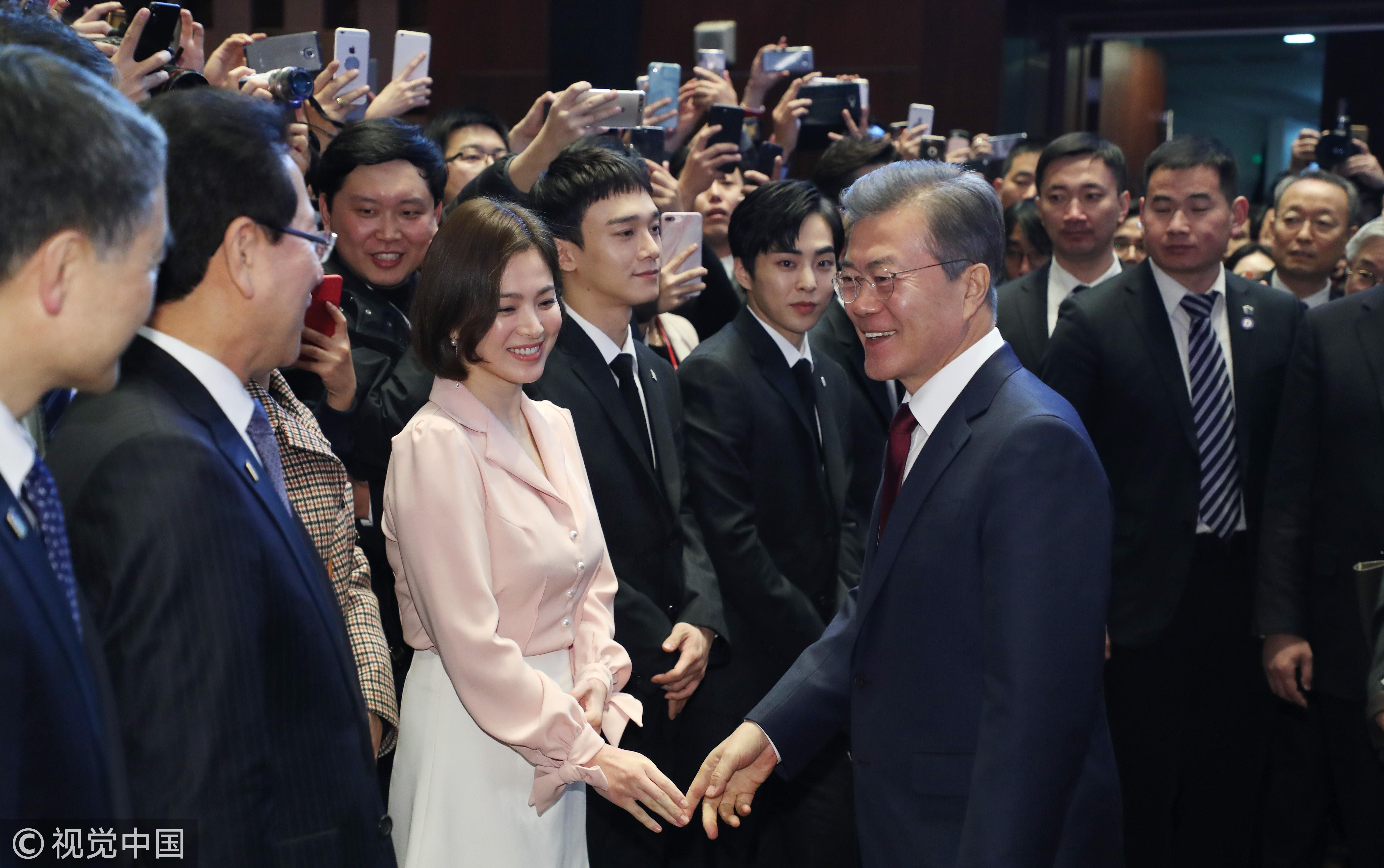 ▲宋慧喬、EXO-CBX(XIUMIN、CHEN、伯賢),和南韓總統文在寅一起參加中韓經貿合作交流會。(圖/CFP)