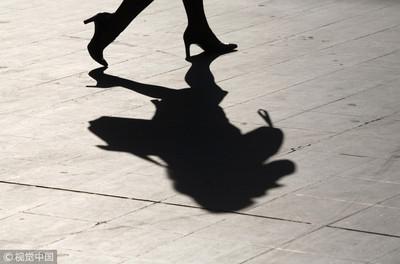 正妹漫步街頭 男「搓揉+上下蠕動」:讓你舒服