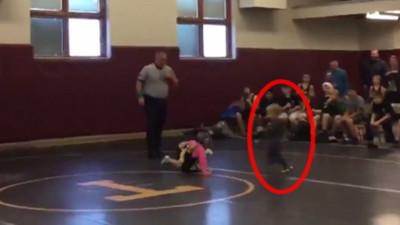迷你女子摔跤進行一半…小弟弟超氣衝進場阻擋:不准打姐姐!