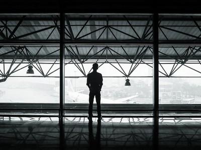 平行時空的旅人?神秘旅客入境被攔,海關:你的國家不存在