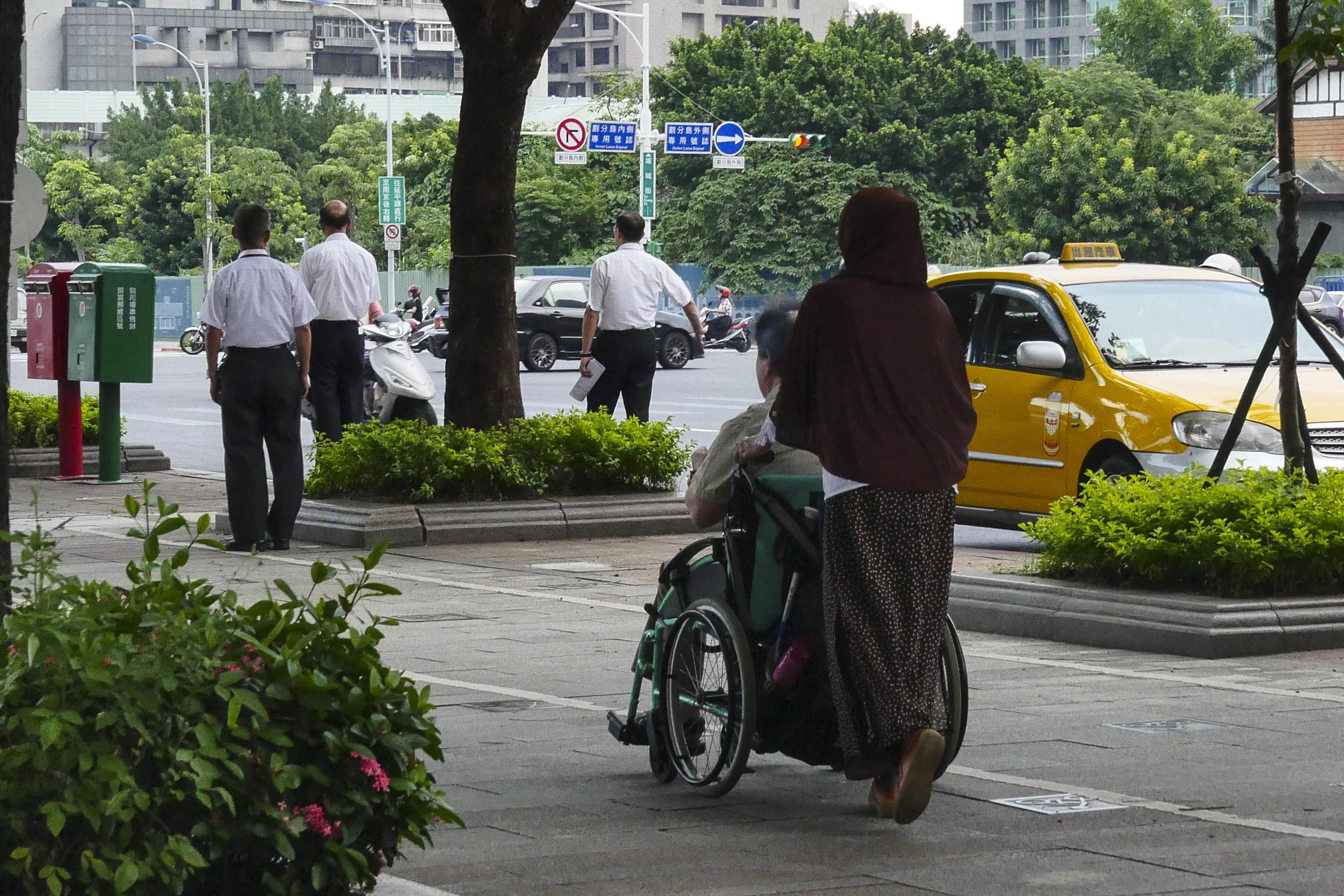 看護、外傭、外勞、行動不便、老人 。(圖/記者黃克翔攝)