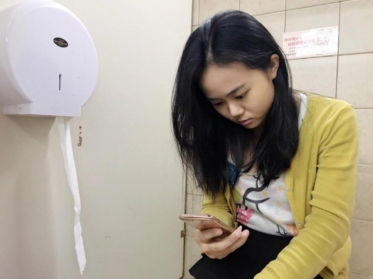 上廁所,滑手機,低頭族。(圖/記者李佳蓉攝)